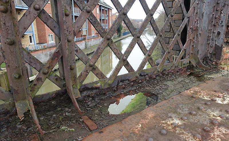 Corrosion on the GCR bridge over Grand Union Canal, Loughborough